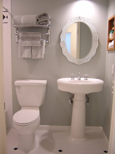 4 Tips to Redo a Small Bathroom - DIY Inspired