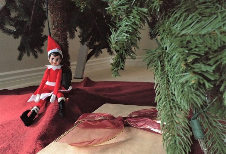 elf-on-the-shelf-ideas-giving-a-gift