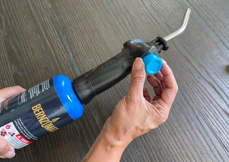 Como remover as etiquetas do vidro com uma tocha