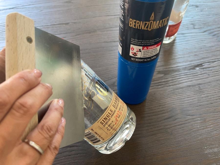 Como remover etiquetas adesivas do vidro